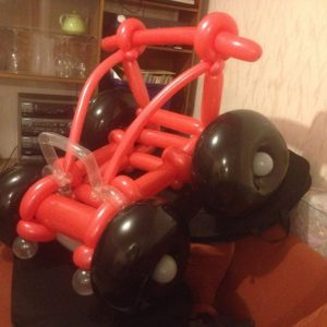 buzzy-as-entertainment-balloon-twisting-red-jeep