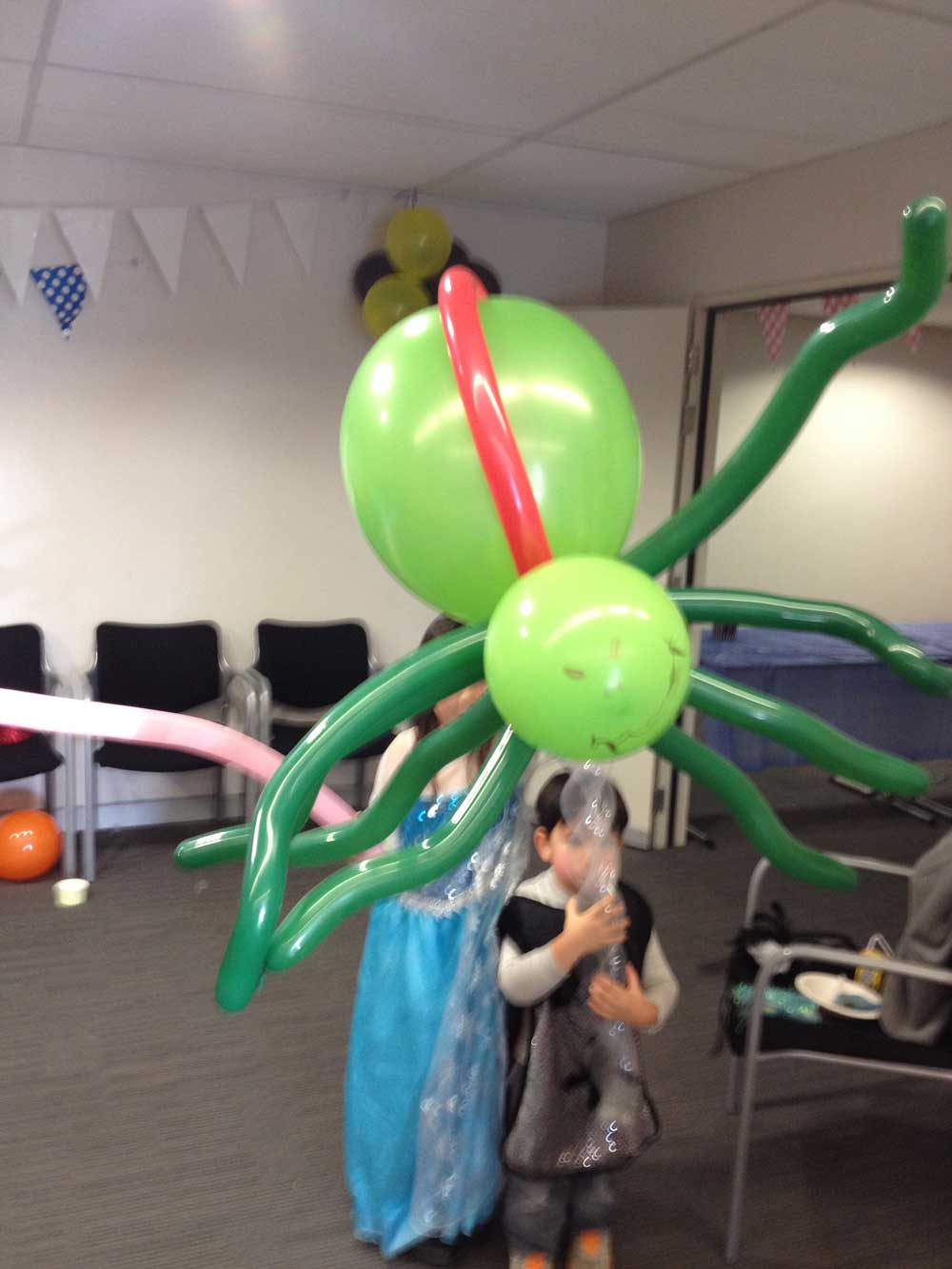buzzy-as-entertainment-balloon-twisting-green-spider